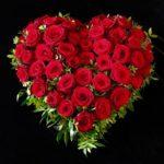 Trauerherz mit roten Rosen für den Friedhof Kriegshaber